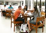 Estudiantes estudiando en la Biblioteca