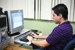 Estudiante usando una computadora