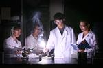 Estudiantes realizando laboratorio de Física