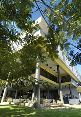 Foto de la parte frontal de la Universidad