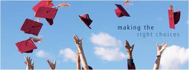 Manos de estudiantes tirando birretes al aire