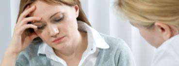 Dos mujeres hablando y una de ellas con cara de preocupación mientras la otra parece acondejarle