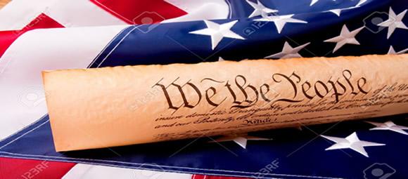 Imagen de la bandera de los Estados Unidos y papel de la Constitución