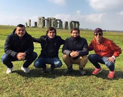 Andrés posando con otros jóvenes frente al monumento Stonehenge