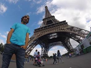 Andrés posando frente a la Torre Eiffel
