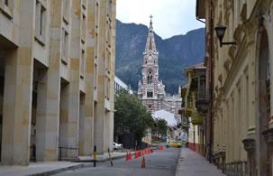 Calle perpendicular a la Plaza de Bolívar, Centro de Bogotá, Colombia
