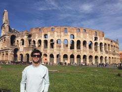 Esteban posando frente al Coliseo Romano