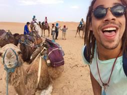Estudiante Gabriel Pérez Ríos posando al lado de un camello
