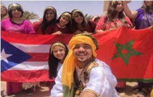 Grupo de jóvenes posando con la bandera de Puerto Rico y la bandera de Morocco