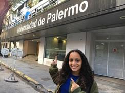 Jenilee posando frente a la Universidad de Palermo