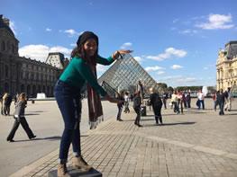 Jessenia posando frente al Museo Louvre en Paris, Francia