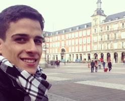 Jorge posando frente a un edificio