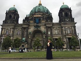 Krystal parada alfrente de un hermoso edificio