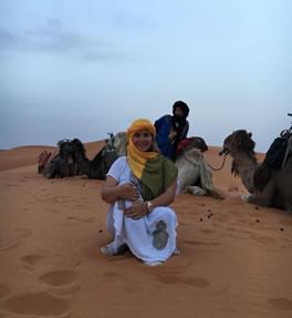 María Fernanda posando con varios camellos