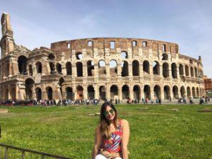 Yadiary posando frente al Coliseo Romano