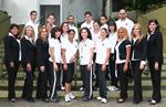 Grupo de estudiatnes y profesores del departamento de educación posando en unas escaleras