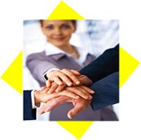 Varias personas uniendo sus manos una encima de la otra