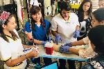 Estudiante de enfermería tomando muestra de sangre